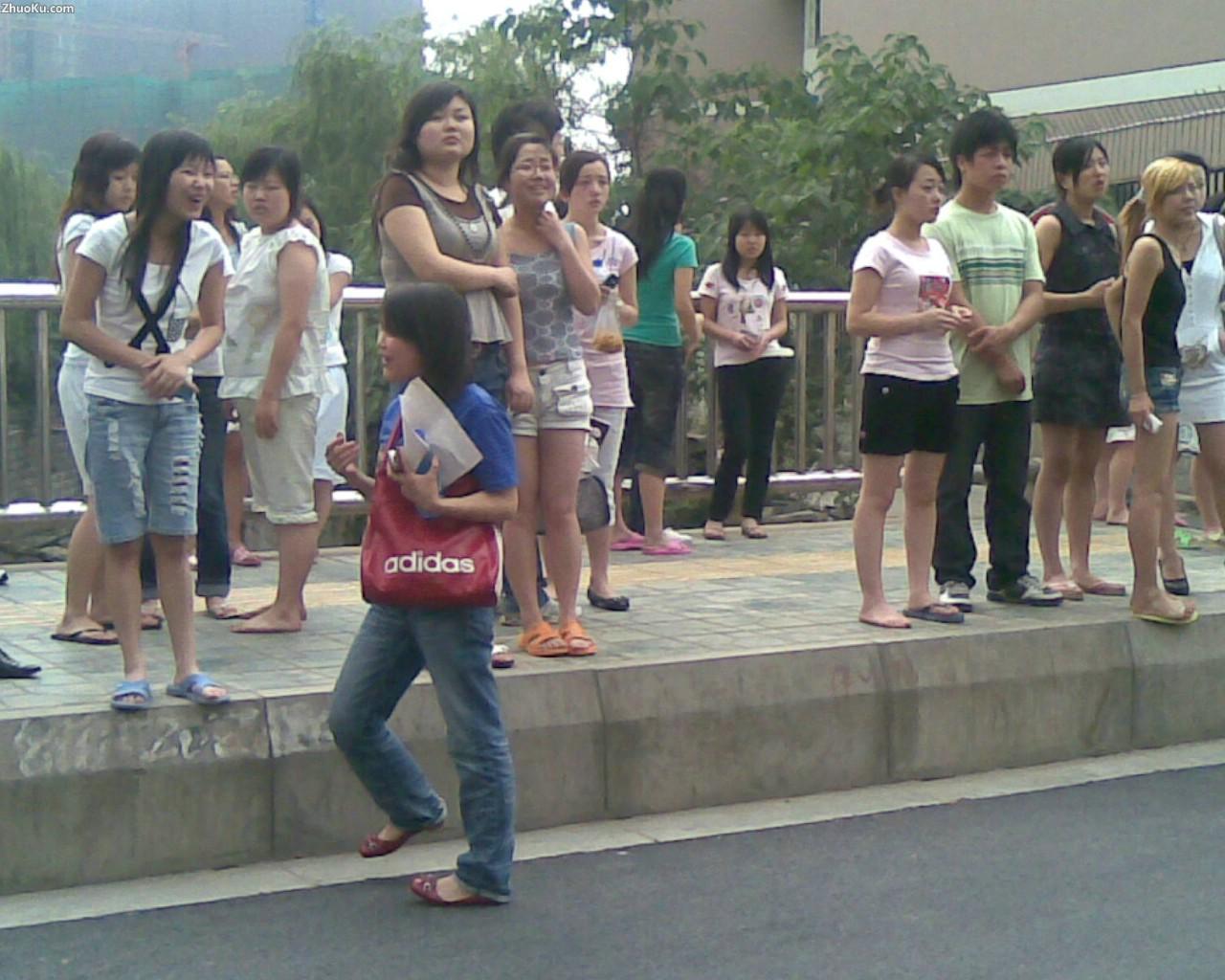 图表 3地震中老师指导疏散学生 四川地震图片 壁纸48 高清图片