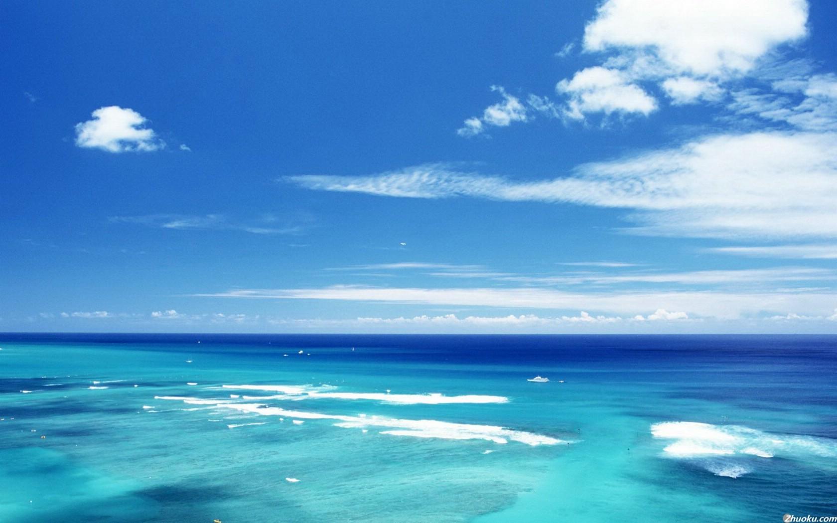 蓝天白云海滩