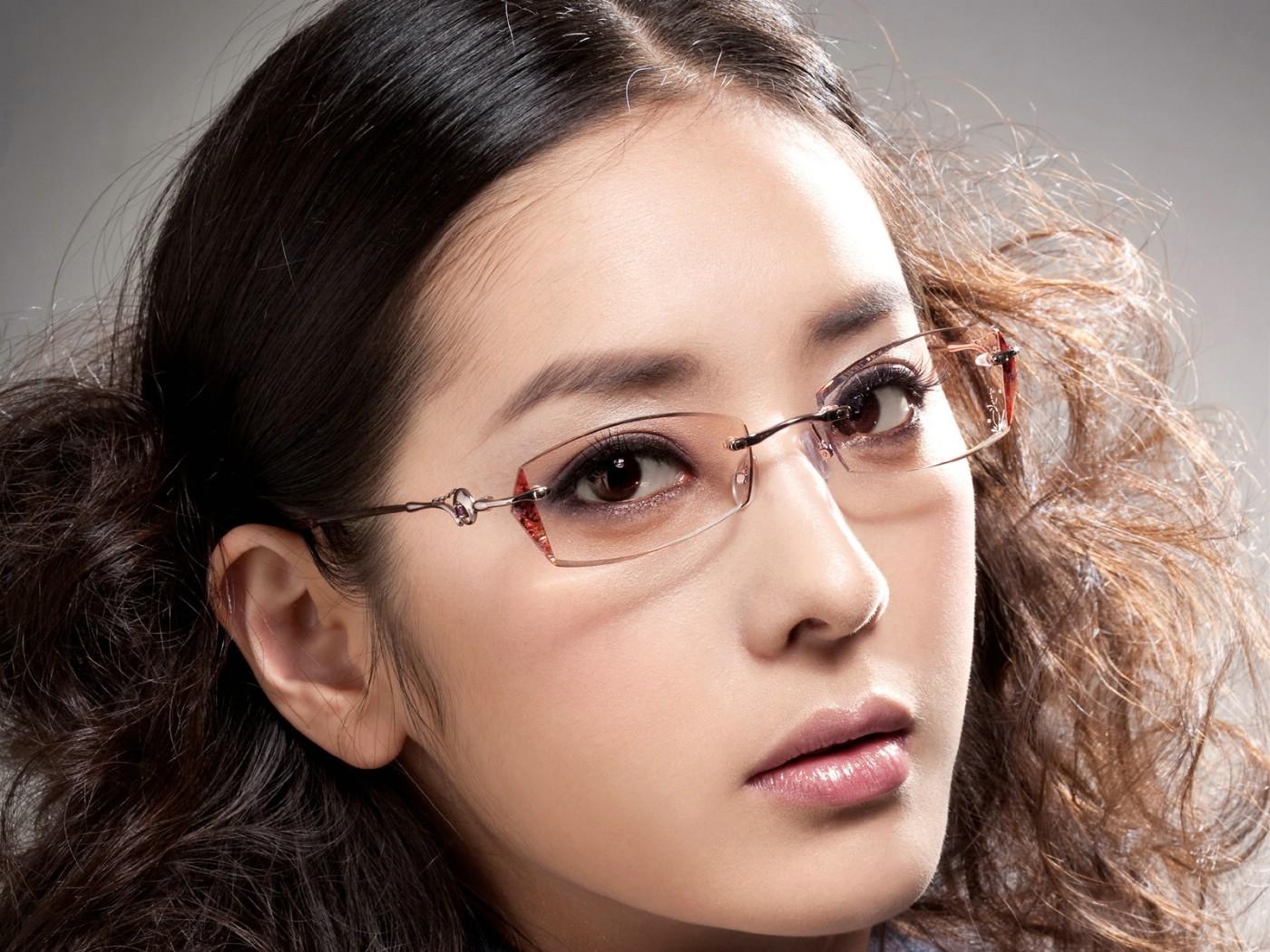 壁纸1400×1050迷人电眼眼镜美女模特高清壁纸
